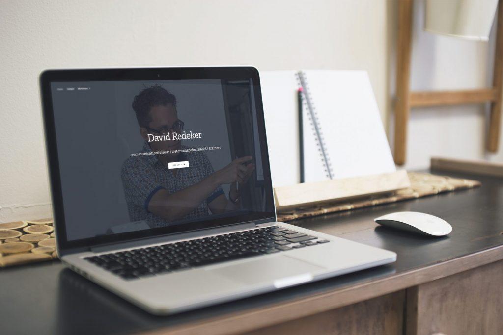 De site van David Redeker geprojecteerd op een MacBook