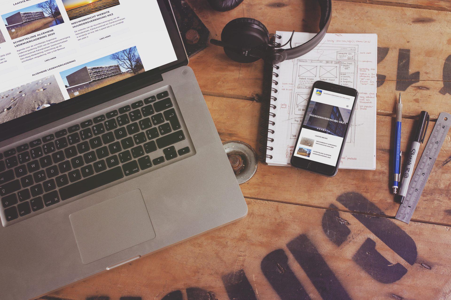 De site van Huurdersvereniging KKZ geprojecteerd op een MacBook en iPhone