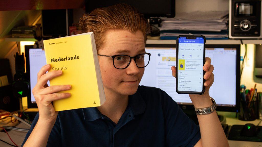 Stach Redeker houdt een woordenboek en telefoon vast