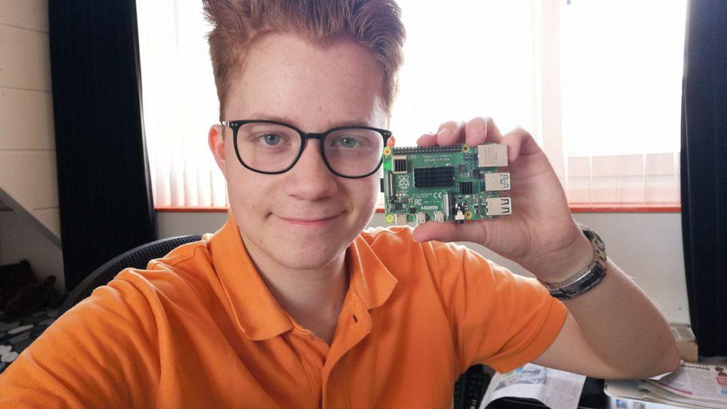 Stach Redeker houdt een Raspberry Pi vast