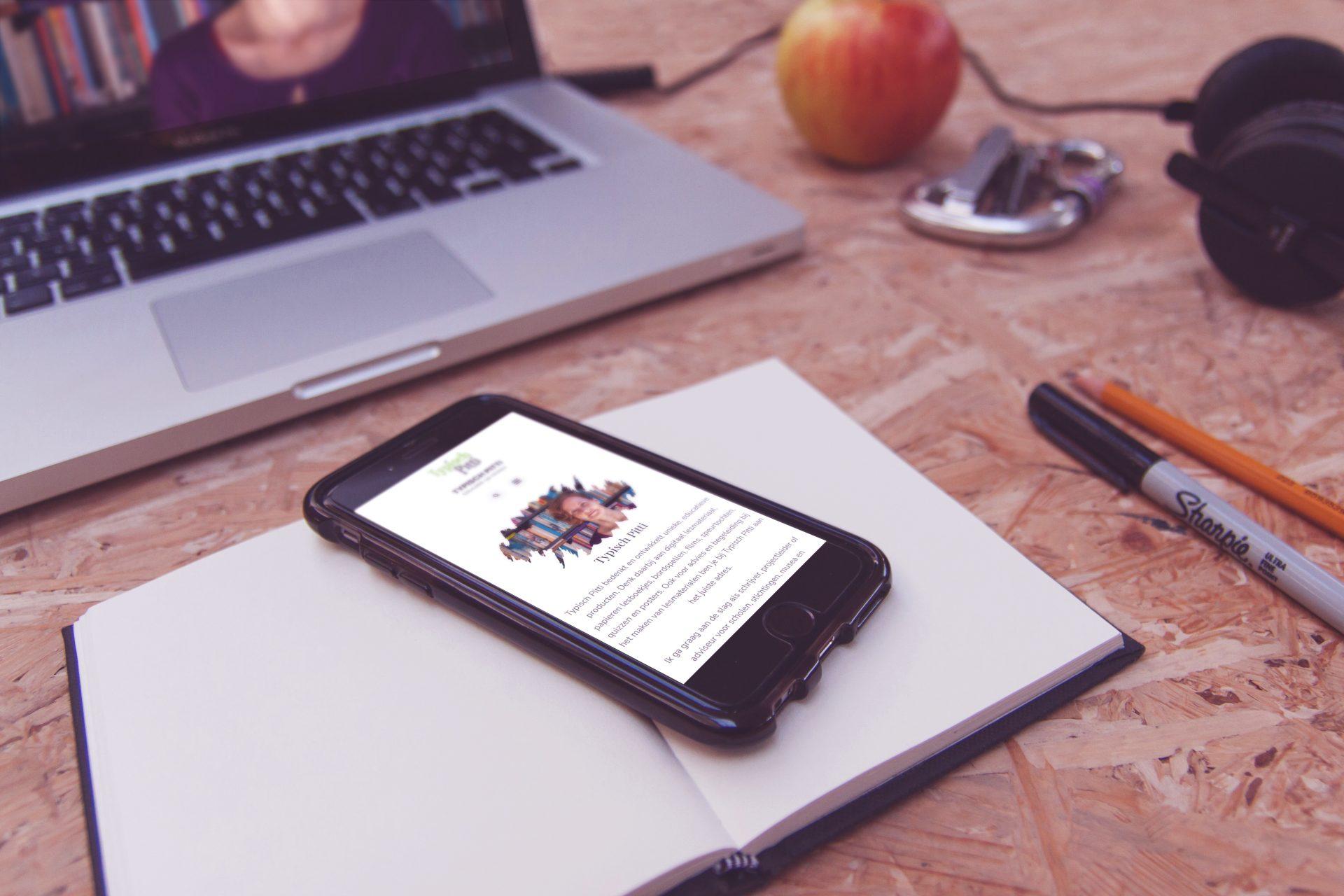 De Typisch Pitti website op een mobieltje