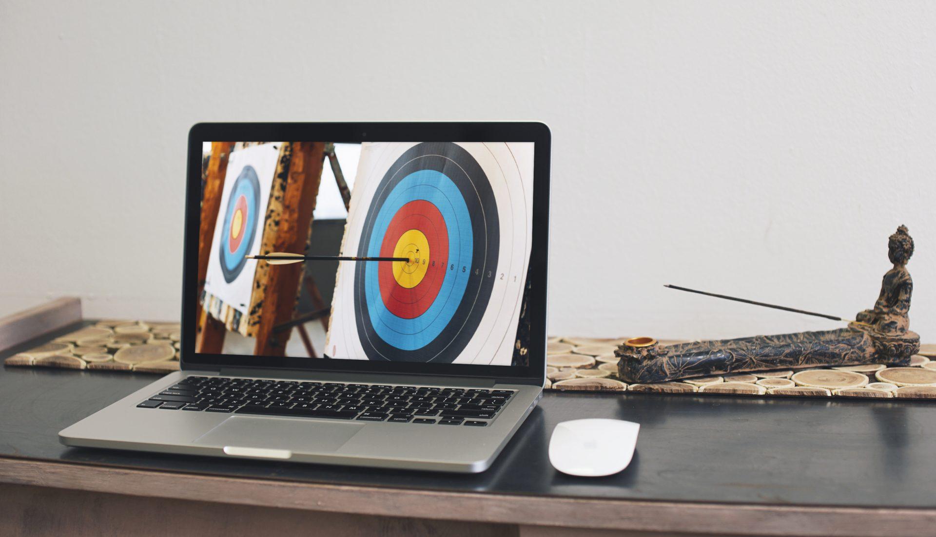 Foto van een pijl in een blazoen op een MacBook